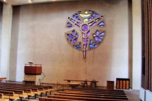 oude-kerk-leeg-met-raam